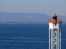 Leuchtturm über dem Meer Stockfotos