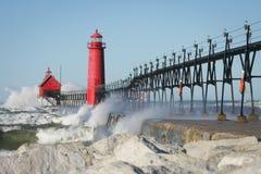 Leuchtturm-abbrechende Wellen Stockbilder