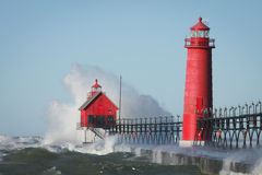 Leuchtturm-abbrechende Wellen Lizenzfreie Stockfotografie