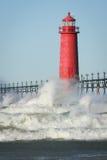 Leuchtturm-abbrechende Wellen Stockbild