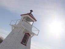 Leuchtturm abgedeckt im Schnee lizenzfreie stockbilder
