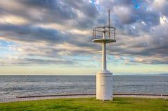 Leuchtturm againts dunkler bewölkter Himmel Lizenzfreie Stockbilder