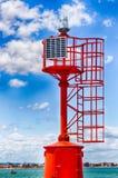 Leuchtturm angetrieben vom Sonnenkollektor Stockbilder