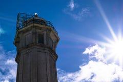 Leuchtturm auf Alcatraz-Insel gegen den blauen Himmel in San Francisco stockfotos