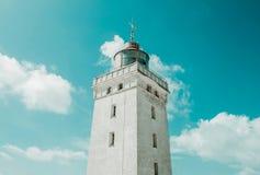 Leuchtturm auf Dünen und klarem Himmel Stockbilder