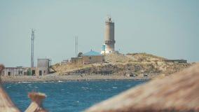 Leuchtturm auf dem Meer unter Himmel stock video footage