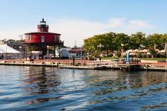 Leuchtturm auf dem Pier Stockfotos