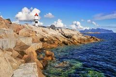 Leuchtturm auf dem Pier in Meer auf Lofoten in Norwegen Lizenzfreie Stockbilder