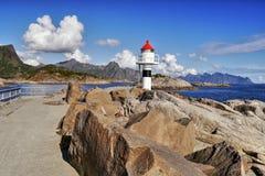 Leuchtturm auf dem Pier in Meer auf Lofoten in Norwegen Stockfotografie