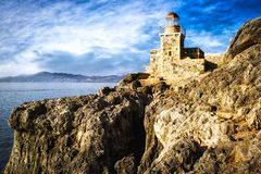 Leuchtturm auf den Felsen des mittelalterlichen Schlosses von Monemvasia, Pelopo lizenzfreie stockfotos