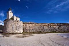 Leuchtturm auf den Wänden der venetianischen Festung Agia Maura lizenzfreies stockfoto