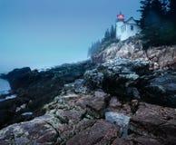 Leuchtturm auf der Küste im Abendnebel Stockbild