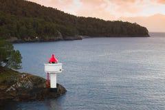 Leuchtturm auf der Küste von norwegischem Meer stockbilder