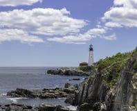 Leuchtturm auf einem felsigen Ufer stockfotografie