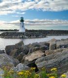 Leuchtturm auf einem Wellenbrecher Stockfotos