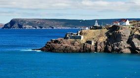 Leuchtturm auf einer felsigen Küstenlinie Stockbilder