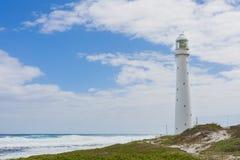 Leuchtturm auf einer schroffen Küstenlinie während der Tageszeit lizenzfreie stockfotografie
