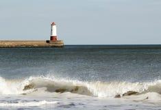 Leuchtturm auf Pier lizenzfreie stockfotografie