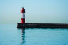 Leuchtturm auf ruhigem Meer Stockfotos