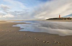 Leuchtturm auf sonnigem Strand der Nordsee Lizenzfreie Stockbilder
