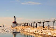 Leuchtturm auf Sunny Winter Day mit Mann-Betrieb Stockfoto