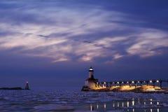 Leuchtturm auf Winter-Nacht Stockbilder