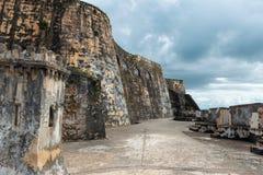 Leuchtturm bei Castillo Del Morro lizenzfreie stockbilder