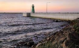 Leuchtturm bei dem Sonnenuntergang Lizenzfreie Stockfotografie