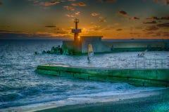 Leuchtturm bei Sonnenuntergang entlang der Schwarzmeerküste stockfoto