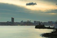 Leuchtturm bei Sonnenuntergang in Yau Tong Lei Yue Mun lizenzfreie stockfotos