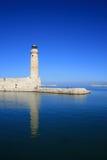 Leuchtturm in blauem Meer Stockfoto