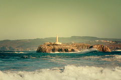 Leuchtturm in den großen Wellen, Sturm in Mouro, Santander Lizenzfreies Stockbild