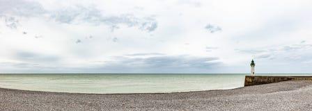 Leuchtturm an der Alabaster-Küste Normandie lizenzfreie stockfotografie