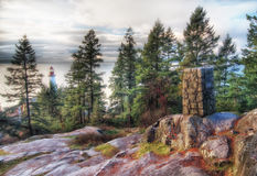 Leuchtturm, der durch Bäume emporragt Lizenzfreies Stockbild