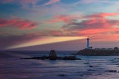 Leuchtturm, der hellen Strahl bei Sonnenuntergang, Taubenpunkt Leuchtturm strahlt Lizenzfreie Stockfotografie