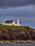 Leuchtturm an der irischen Küste nahe Dingle Stockbild