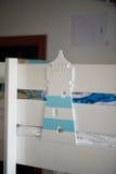 Leuchtturm deviatiny vom Holz, gemaltes Weiß mit dem Farbakzent, der die Kindertagesstätte verziert Stockbild