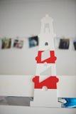 Leuchtturm deviatiny vom Holz, gemaltes Weiß mit dem Farbakzent, der die Kindertagesstätte verziert Stockfotos
