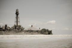 Leuchtturm durch den Strand stockfoto
