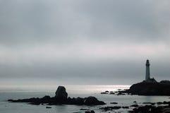 Leuchtturm an einem nebeligen Nachmittag Stockfotografie