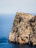 Leuchtturm hoch auf dem Felsen Stockbild