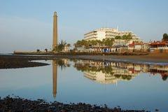 Leuchtturm, Hotelspiegel im Wasser-Gran Canaria Stockbilder