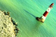 Leuchtturm im blauen Meer Lizenzfreie Stockfotos