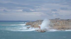 Leuchtturm im großartigen Hafen in Valletta-Stadt - Hauptstadt von Malta Malta-Insel Meeres- Mittelmeerbild lizenzfreie stockbilder