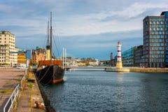 Leuchtturm im Hafen von Malmö Schweden stockbild