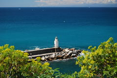 Leuchtturm im Meer lizenzfreie stockfotografie
