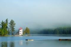 Leuchtturm im Nebel Lizenzfreies Stockfoto