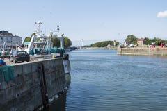 Leuchtturm im Vieux Bassin oder alter Hafen an der mittelalterlichen Stadt Honfleur Normandie, Frankreich lizenzfreie stockbilder