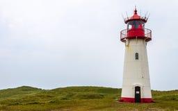 Leuchtturm-Liste-Westen innerhalb einer Dünen-Landschaft mit Gras und Sand Detailansicht an einem vollen Tag Gefunden in Liste au lizenzfreie stockfotografie