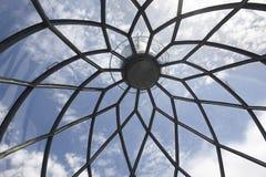Leuchtturm metallisch und Glaskuppelstrukturdetail unter blauem Himmel Lizenzfreies Stockbild